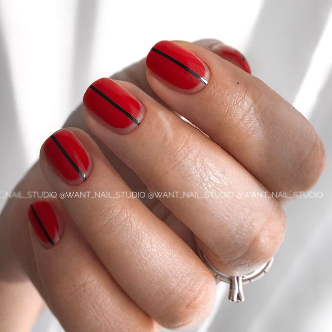 Minimalistic Nail Designs For Short Nails With Vertical Strip