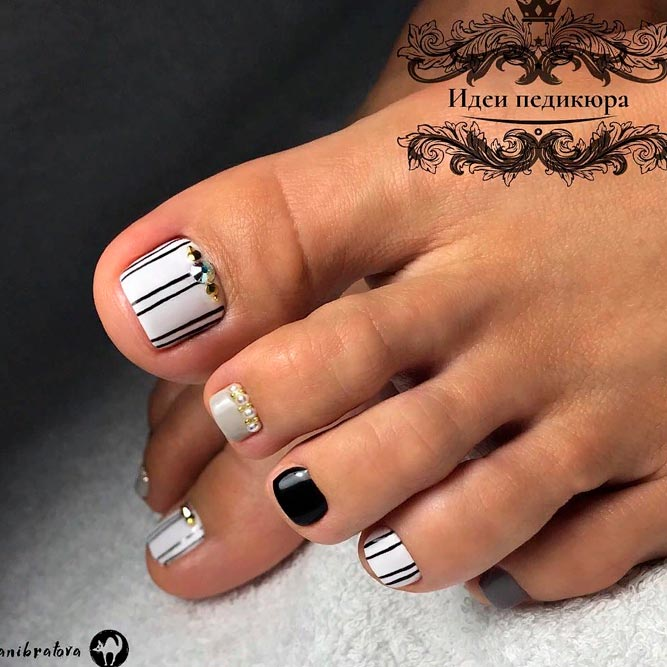 Black And White Striped Toe Nail Designs #toenaildesigns #toenailart
