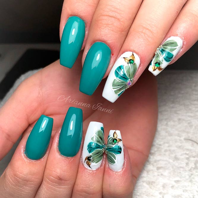 Green Flowers Nail Art #greennails #rhinestonesnails