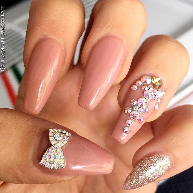 Stylish Nude and Gold Nails For Those in Trend picture 3
