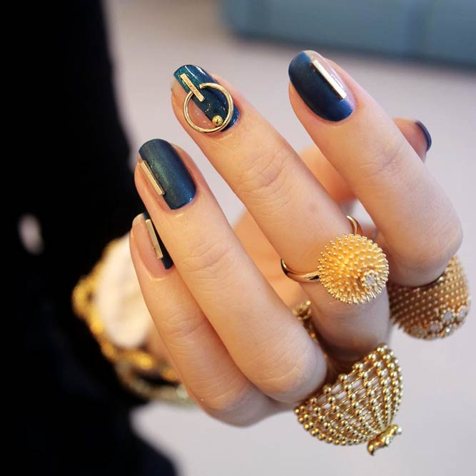 Delicate Gold Details With Geometric Patterns # #jewelrynails #minimalnailsart #goldnails